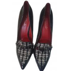 chaussure dame en cuir  de couleur noir  et tissé en blanc et noir au desus   pointure 41