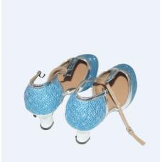 chaussure de femme ouverte avec  les cordes  de couleur bleue
